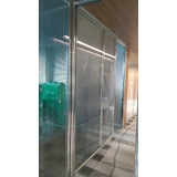 divisória de vidro com porta de correr à venda Miranorte