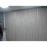 divisória de madeira com porta de correr