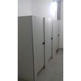 divisória de banheiro de universidade