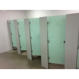 divisória de banheiro de vidro