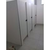 divisória de banheiro público