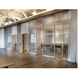 montagem de divisória de ambiente de vidro